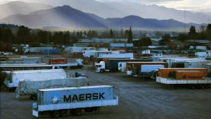 En espera: los camiones que llevan sus cargas para realizar trámites en el Puerto Seco. Marcelo Rolland / Los Andes