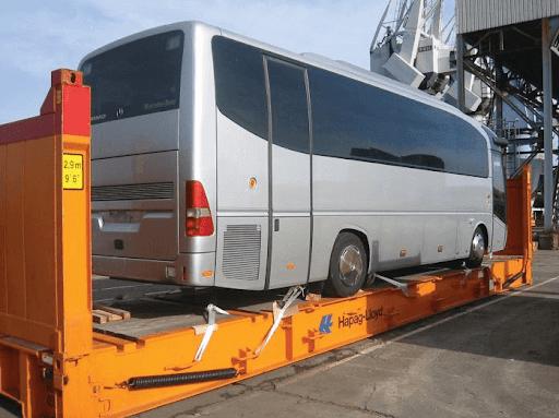 Flat rack kontejner snaloženým autobusem